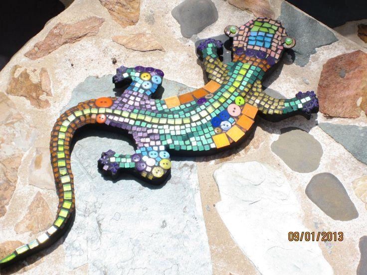 Lagartija mediana en mosaico acrílico y botones