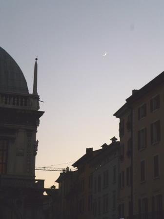 Blick auf den Palazzo della Loggia von der Piazza Rovetta aus im Abendlicht. Im Hintergrund sieht man noch ganz klein einen Kran von den Bauarbeiten an der Piazza della Vittoria. Der Anblick der Großbaustelle gehört ab jetzt jedoch endgültig der Vergangenheit an. Heute ist nämlich die offizielle Eröffnung der verschönerten Piazza.