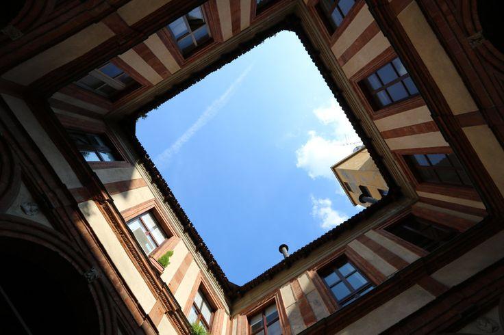 MILANO centro, appartamento ultimo piano Palazzo Pozzobonelli Isimbardi, Duomo, cortile storico; phone +39 02 95335138; info@casaestyle.it; www.casaestyle.it