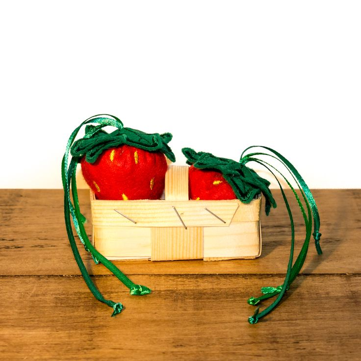 Handcrafted in the UK by Freak MEOWT, these fabulous catnip stuffed strawberries are a fun toy for your favourite feline. These strawberries are generously filled purely with premium Canadian catnip.