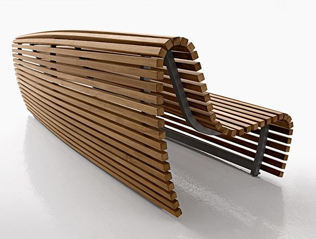 Naoto Fukasawa firma una micro-rivoluzione tipologica. Prende il tema della panca, poi ci mette il suo segno plastico. Il risultato: un tipo di sedute tradizionalmente immobile si muove con un'inedito movimento ondulatorio. Un andamento dato dall'angolazione dei listelli che la rivestono fino a terra sui 2 lati. Firmato B Italia Outdoor.