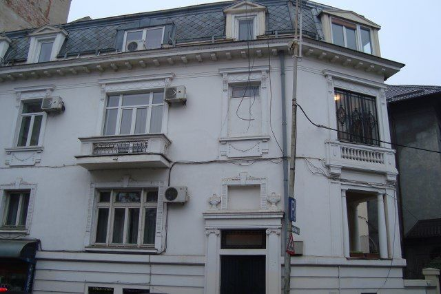 Universitate – Batistei, inchiriere apartament 7 camere in vila, situat la etajul 1/P+1+M, suprafata totala 213mp, renovat, imbunatatiri, parchet, gresie, faianta, termopan, geamuri de cristal la u...