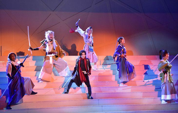 「ミュージカル『刀剣乱舞』 トライアル公演」ゲネプロ公演より、刀剣男士6人。///AiiAはプロジェクションマッピング有効活用の方向性が良さそう。LIVEパートは観客のニーズと少しずれてる感。とうらみゅはキャラ設定大切にしないと。