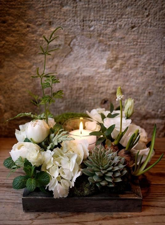 Loving the white florals and greenery in this centerpiece