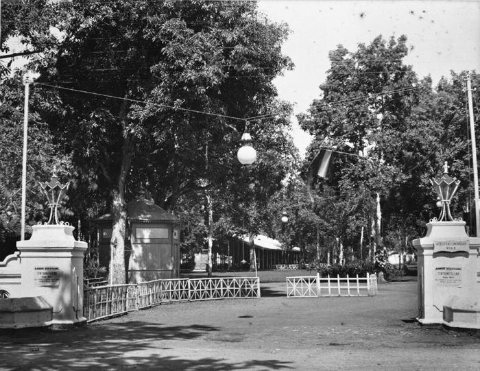 Ingang van de Planten- en Dierentuin in Batavia. Bron: Collectie Tropenmuseum.