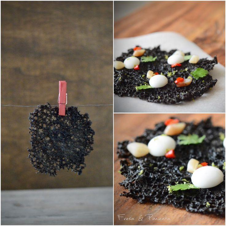 Tortita crujiente de ajo negro y tinta de calamar con navaja, esfera de coco, cilantro y chile. By Fresa & Pimienta