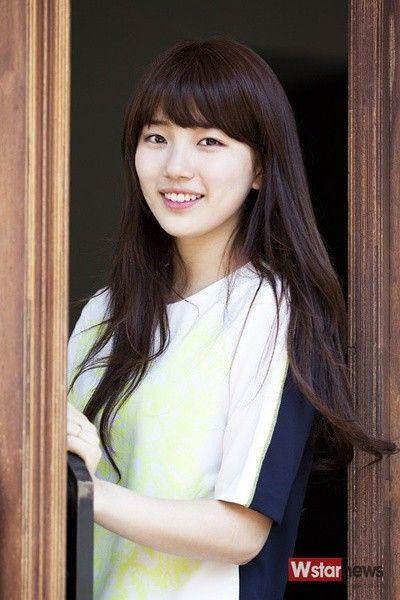 裴秀智(Suzy)韩国女子组合miss A成员。裴秀智1994年生于韩国光州,2009年加入韩国JYP娱乐公司成为练习生,2010年以组合形式正式出道,在队内担当主唱。2011年在电视剧处女作《Dream High》中饰演女主角高惠美,人气爆棚的同时演技也颇受好评,还获得了KBS演技大赏最佳新人奖。2012年出演首部电影《建筑学概论》,影片打破了韩国爱情片的票房记录,并凭借该片夺得百想艺术大赏最佳新人奖。2012年参与综艺《青春不败2》,由此获得2012KBS演艺大赏show娱乐部门女子新人奖,成为韩国历史上首位歌手、电视剧、电影、艺能新人奖的四冠王得主。