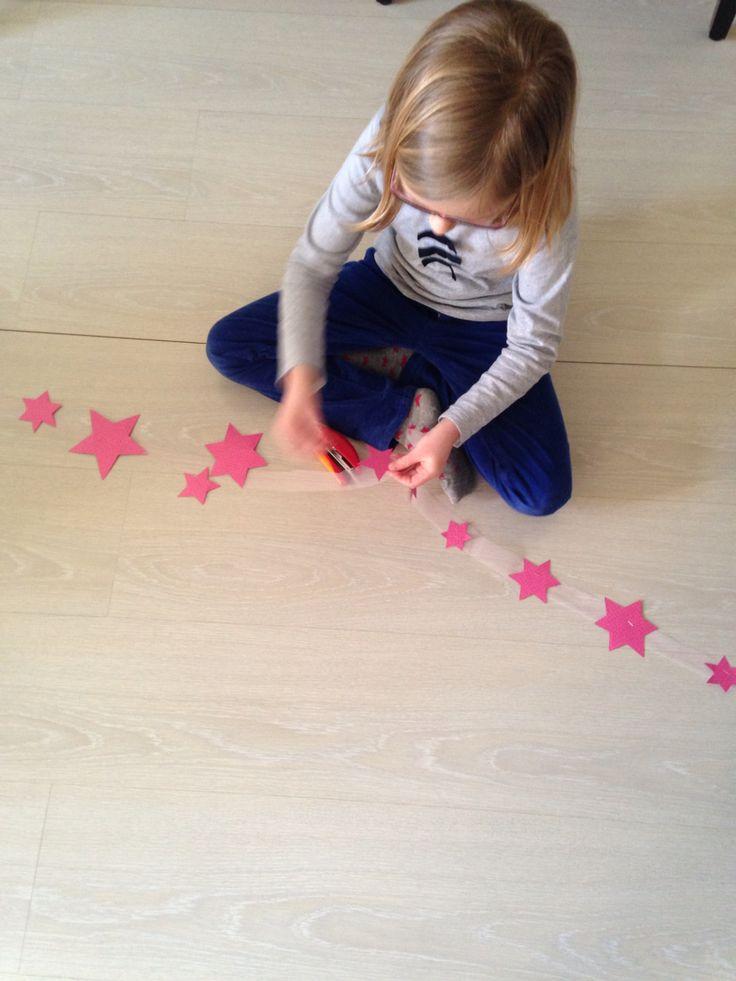 Guirlande étoiles en papier agrafées sur bande de Tulle, activité fille