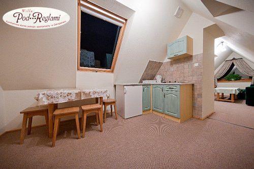 Apartament II - Kuchnia z pełnym wyposażeniem, stół jadalniany  http://www.podreglami.pl/zakwaterowanie/apartament-drugi.html