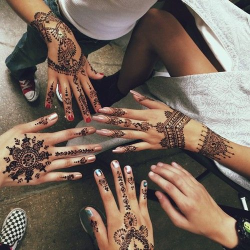 Really dramatic, neat Henna. (: Though I prefer the simple ones.