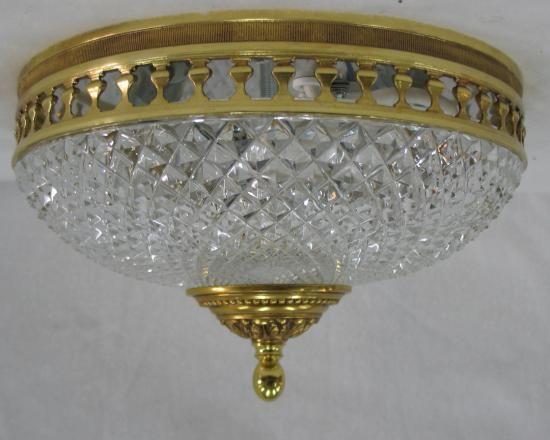 Plafonnier en bronze vieil or avec verrerie en cristal taillé. Dimensions: D23,5 H13, Epoque Neuf