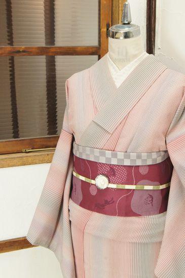 コーラルピンクからグレーへと色を変えるストライプが美しい化繊の単着物です。 #kimono