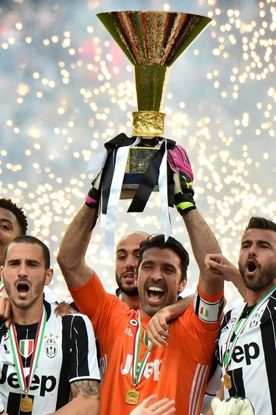 """Juventus' goalkeeper Gianluigi Buffon (C) from Italy and Juventus' players celebrate their Serie A title after the Italian Serie A football match Juventus vs Sampdoria on May 14, 2016 at the """"Juventus Stadium"""" in Turin"""