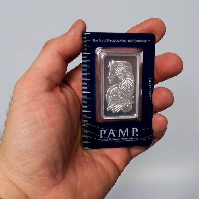 Pamp Suisse Fortuna 50 g 999 zilver / silver bar in blister met certificaat en serienummer  De 50 g 999 zilver bar door de Zwitserse munt PAMP beschikt over het beeld van de godin Fortuna op de voorkant.Als alle PAMP bars deze bars zijn perfect geslagen en komen in een stevige blisterverpakking.De blauwe kleur van de VersiScan blisterverpakking lijkt lichter of donkerder afhankelijk van het licht. De blister wordt geleverd met een dunne beschermlaag die u later kunt verwijderen. Grote kans…