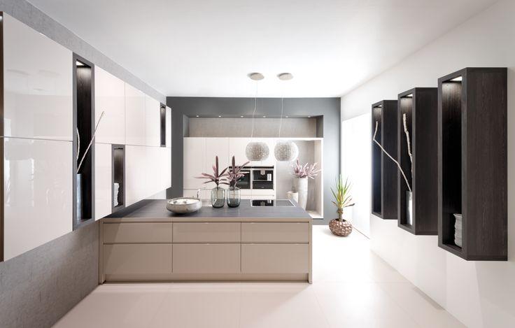 Moderne keuken met beige keukenkasten, kookeiland en zwarte decoratie ...