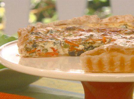 Receita de Quiche de Ricota e Abobrinha - farinha de trigo, manteiga , água, sal, abobrinha, ricota, ovo, queijo ralado, cebola, azeite de oliva, pimenta-do-reino branca