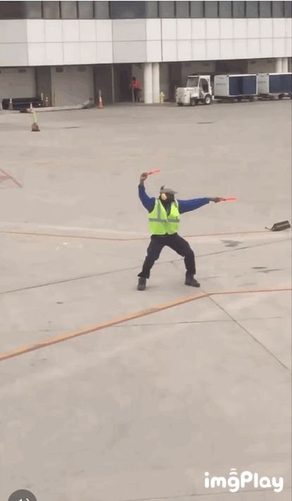 omg this man remind me of when the luggage guys were walking around the plane was on and I kinda absently waved to one of them and he saw me and waved with a smile and i think I made his day
