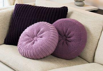 Gratis strikkeopskrifter! Tre puder i tre nuancer af lyngfarvet pynter og luner i sofakrogen – vælg evt. en anden farveskala, der passer lige til din stue