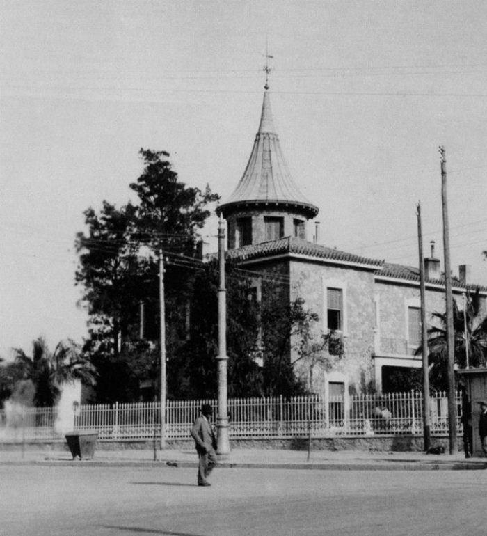 Βίλα Θών. Χτίστηκε το 1880 βάσει σχεδίων του Ernst Moritz Theodor Ziller στη συμβολή των οδών Κηφισίας και Αλεξάνδρας. Ο Νικόλαος Θών υπήρξε ανώτερος αυλικός του Βασιλέως Γεωργίου Α'. Καταστράφηκε από έκρηξη πυρομαχικών στα Δεκεμβριανά του 1944.