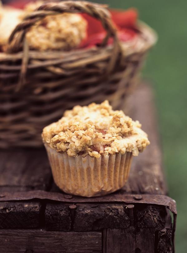 Recette de muffins croustillants aux pommes de Ricardo. Recette de dessert de saison aux fruits. Placer 3 morceaux de pomme cuits sur chaque muffin, puis couvrir de garniture au gruau.