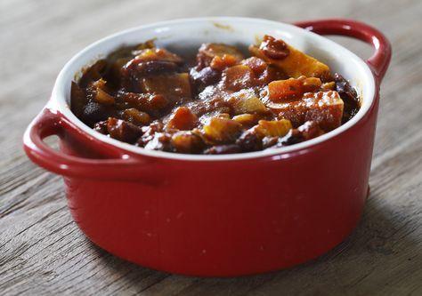 Deze stoofschotel met lamsvlees, zoete aardappelen gedroogde pruimen is puur genieten. Heerlijk met een beetje rijst. Maak hem zelf en serveer heerlijk mals lamsvlees met Marokkaanse smaken. Kan ook met rundvlees...