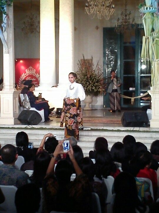 This collection isnt too traditional yet so sweet and strong at once. I do soo love this. Presented by Poppy Dharsono, an Indonesian Designer. (at Tribute to Iwan Tirta's event, Museum Tekstil, Jakarta)