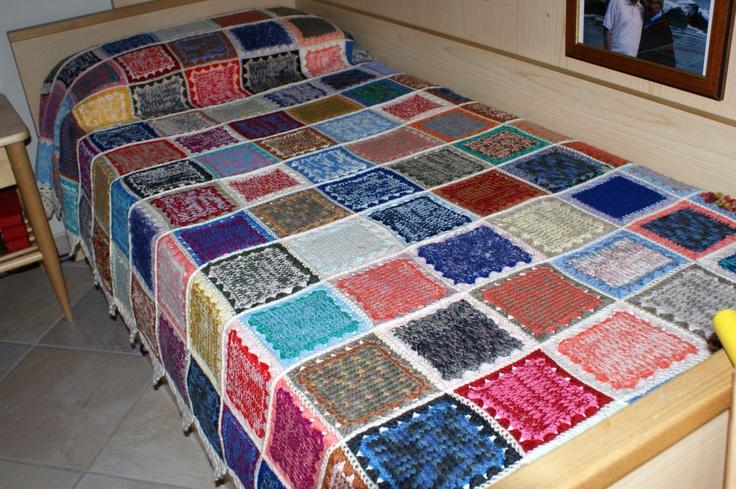 Coperta all'uncinetto: quadrati ai ferri (maglia rasata) uniti con l'uncinetto. lana: tanti avanzi da lavori precedenti