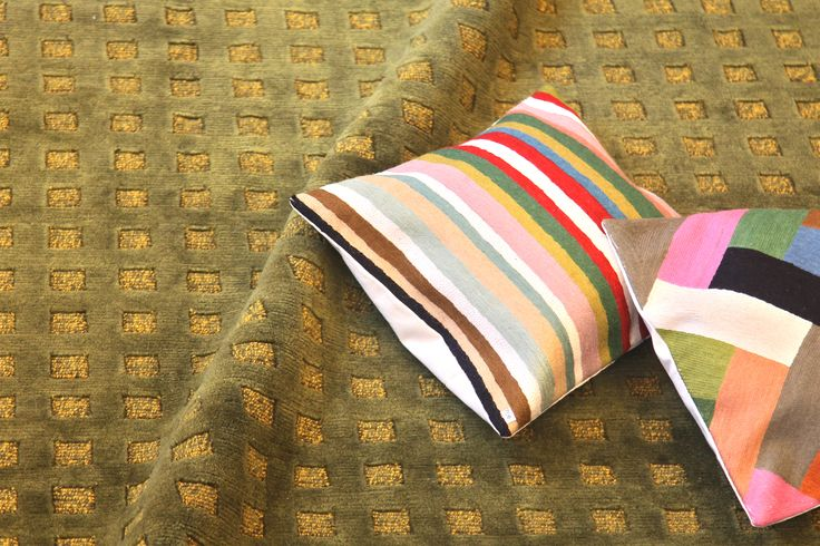 Pashmina Squares, ajaton geometrinen matto. Käsinsolmittu villaan. Koko 250 x 299 cm. Mukavan pehmeään oleiluun.