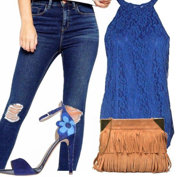 Un look casual da passeggio: jeans blu con strappi, top blu elettrico con…
