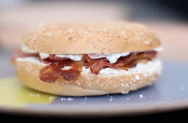 Toque Chef est de retour pour un brunch printanier à base de bagels, de smoothie à la fraise et de muffins chèvre/épinards!