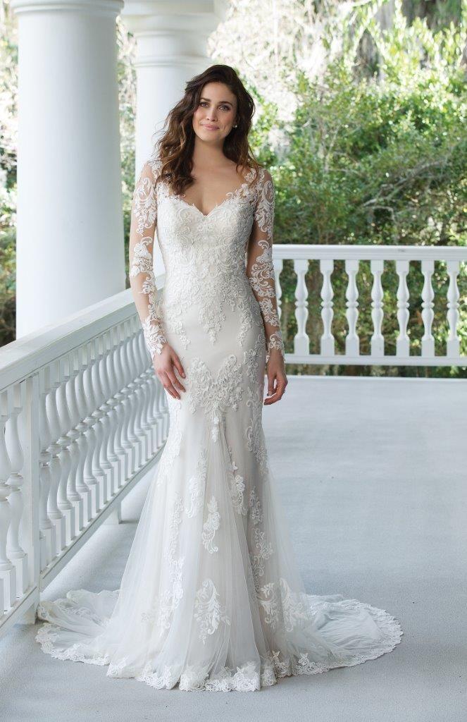 3344e952 Elegant brudekjole i havfrue-snit og blødt fald. Med masser af smukke  blonder og lange ærmer også med blonder. Læg mærke til slæbet, som går ud  fra kjolen ...
