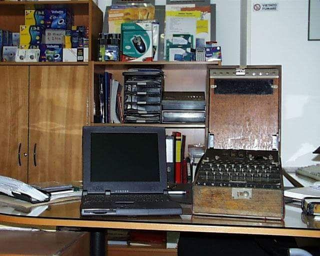 Enigma nel mio negozio di macchine per ufficio. Anno 1998.