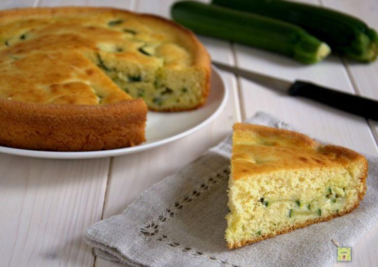 La torta zucchine e mozzarella con lievito istantaneo è una deliziosa torta salata perfetta per una cena informale, un buffet o un pranzo al sacco.