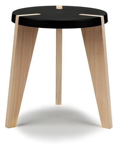 Les encoches formées dans l'assise sont des trous comblés par des pièces qui viennent s'y insérer. L'assise est donc complète lorsque les pieds sont emboités. La surface de celle-ci devient plate, lisse et fluide.