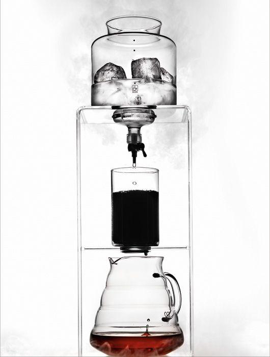 """""""COLD DRIPPER Schmelzendes Eis oder kaltes Wasser tropft in das Kaffeepulver – je langsamer, desto konzentrierter ist die kalte Essenz. Es entsteht ein säurearmer Kaffee mit Schokoladenaromen und kaum Bitterstoffen, weil kaltes Wasser dem Kaffee weniger Säure entzieht. Besonders beliebt ist der »Cold Dripper« in Japan, wo kalter Kaffee auch gern wie Whisky auf Eiswürfeln serviert wird"""""""