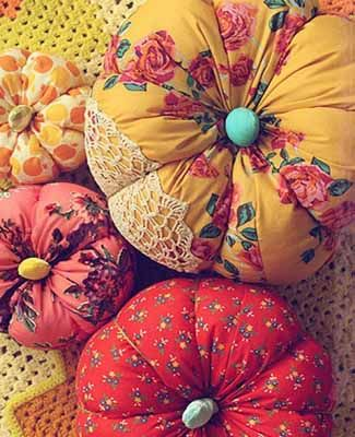 A good way to use fabric scraps, mismatching buttons or extra lace. You can use it as a pincushion after Thanksgiving!