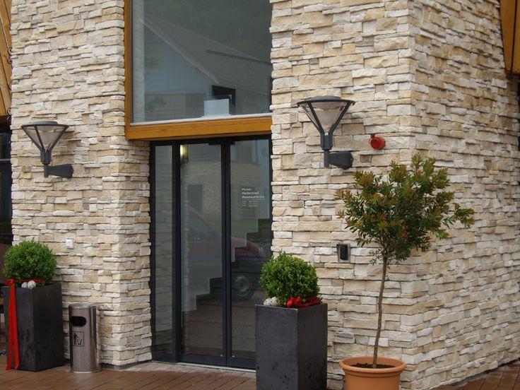 obklady na fasádu, fasáda obložená kamenem, elegantni vchod do domu, více na www.kamennafasadu.cz