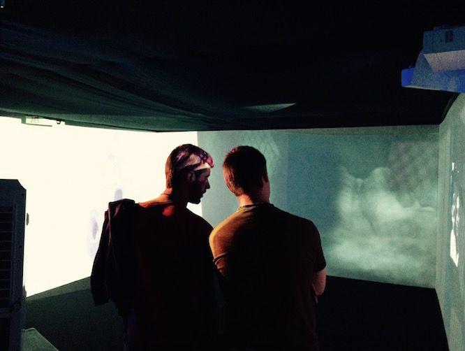 La plaza del Teatro Arriaga acoge hoy una videoinstalación sobre la vida y obra de la artista y escultora francesa Louise Bourgeois (1911-2010). El objetivo es dar a conocer a los ciudadanos la exposición sobre la creadora que acoge el Museo Guggenheim Bilbao hasta el próximo 4 de septiembre, bajo el títuloLouise Bourgeois. Estructuras de