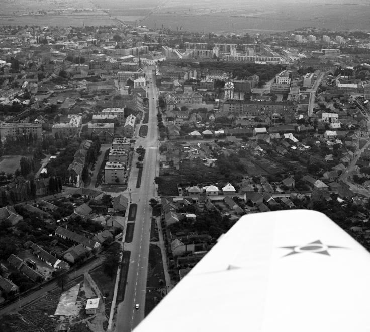 légifotó, középen a Berényi út és folytatása, a Szekfű Gyula utca. A távolban az Evangélikus templom.