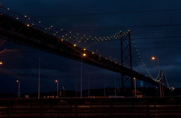 A Ponte 25 de Abril na Hora do Planeta 2015. A Ponte 25 de Abril é uma ponte suspensa rodo-ferroviária que liga a cidade de Lisboa à cidade de Almada, em Portugal.  Fotografia: Paulo Spranger / Global Imagens.