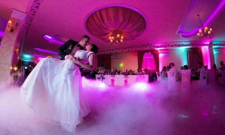 Fum greu pentru dansul mirilor la restaurant La Anne, Darmanesti #firstdance #cloudseffect #dryicemachine #uplights