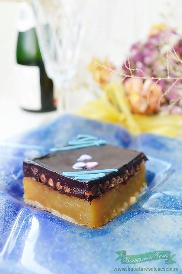 Prajitura cu mere si glazura de ciocolata este o prajitura ce se prepara foarte usor si rapid. Este potrivita atat pentru zilele de post cat si pentru sarbatori in fuctie de ce ingrediente folositi la glazura. Chiar daca vi se anunta musafiri neasteptati aceasta prajitura se prepara repede pentru a servi cu ceva dulce musafirii.