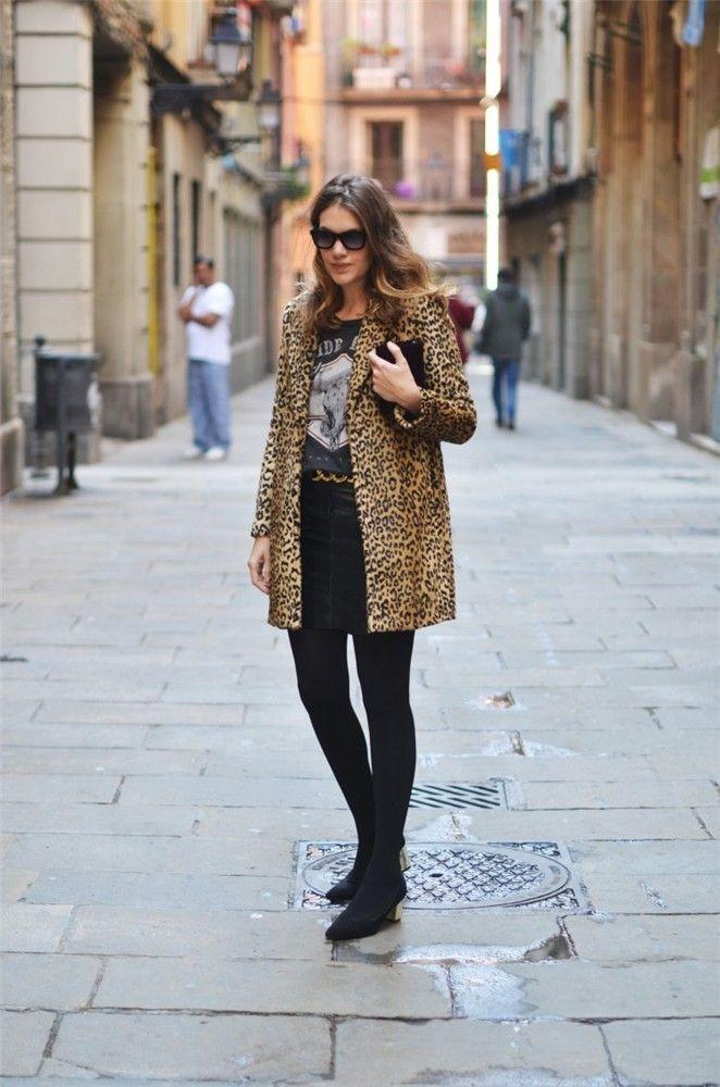 Abrigo de leopardo  con total black y un toque dorado.