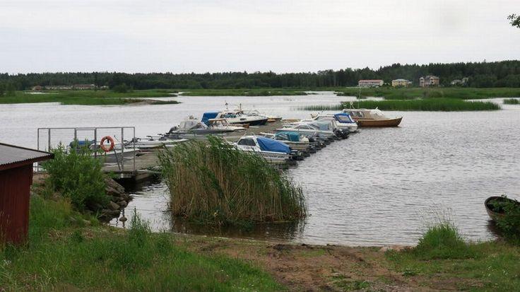 Haminan rantavesistä on bongattu kesän mittaan useita liikkuvia saaria. Karkailevat saaret ovat kaupungille jokavuotinen riesa, sillä ne tukkivat pahimmillaan veneväyliä. Asiantuntijoiden mukaan ilmiö on poikkeuksellinen etenkin merialueilla.