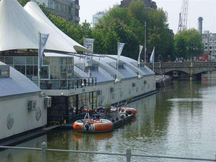 H2otel in Rotterdam met picknickbootjes.
