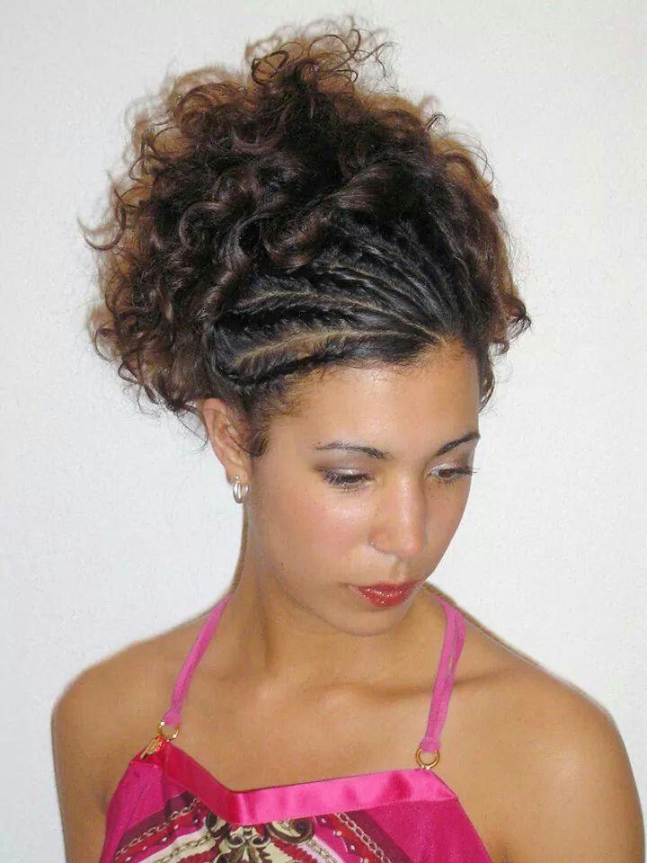 Krullend haar in de natuurlijke valling opgestoken, met voorkant weggestoken met vlechten. Hairstyling: Jolande Goverde