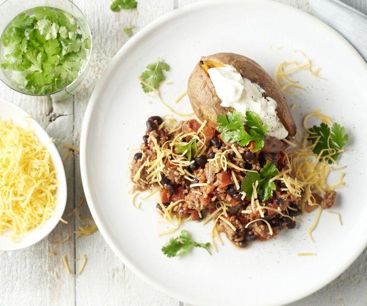 Un delizioso e piccante classico dal Messico nella versione veloce: chili con carne e patate dolci arrostite con panna acida e cheddar. Se il cibo piccante non vi piace particolarmente, dimezzate la quantità del peperoncino frantumato. Buon appetito!