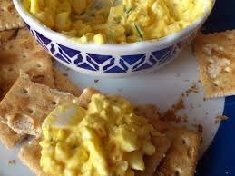 Voeg alle ingredienten samen. Beleg de cracker met sla en de eisalade.