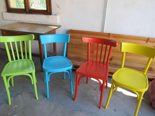 ID Cuisine: chaises dépareillées et colorées...