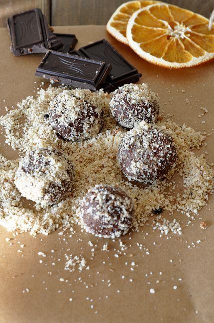 Czekoladowe pralinki z kaszy jaglanej | Kaszomania.pl  200g ugotowanej kaszy,  100g gorzkiej czekolady że skórką pomarańczową,  1 łyżka miodu,  Orzechy do obtoczenia
